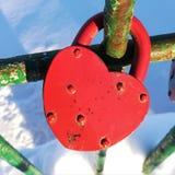 La vecchia serratura sotto forma di cuore immagini stock