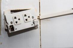 La vecchia spina ed il deterioramento dell'interruttore di accensione lo rende pericoloso per usare E causi un fuoco fotografia stock libera da diritti