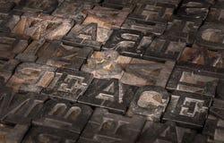 La vecchia stampante Letters Spell fuori fa la guerra & pace - inclinata immagine stock