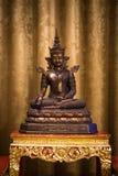 La vecchia statua di Buddha nel tono classico immagini stock