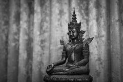 La vecchia statua di Buddha nel tono classico fotografia stock libera da diritti
