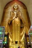 La vecchia statua dorata di Buddha in vecchio tempio della pagoda in Bagan, Myanmar immagine stock libera da diritti