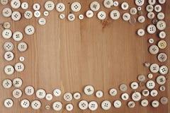 La vecchia struttura dei bottoni dell'annata rasenta il fondo di legno Fotografie Stock