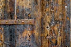 La vecchia struttura di legno rustica con le parti di metallo, perfeziona per un fondo fotografia stock
