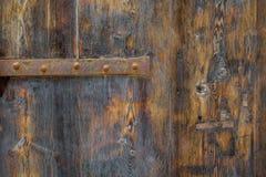 La vecchia struttura di legno rustica con le parti di metallo, perfeziona per un fondo fotografie stock libere da diritti