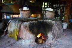 La vecchia stufa antica per rende a salgemma la conoscenza indigena del kluea della BO nella città di Nan Immagine Stock