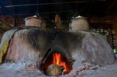 La vecchia stufa antica per rende a salgemma la conoscenza indigena del kluea della BO nella città di Nan Immagini Stock Libere da Diritti