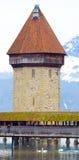 La vecchia torre di pietra in mezzo al ponte famoso in Lucern Fotografie Stock Libere da Diritti