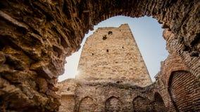 La vecchia torre nel Caucaso al tramonto al sole Fotografia Stock
