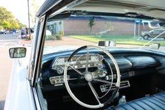 Sguardo interno della vecchia automobile di Mercurio fotografie stock libere da diritti