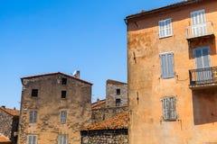 La vecchia vita alloggia le facciate, Sartene, Corsica Fotografie Stock