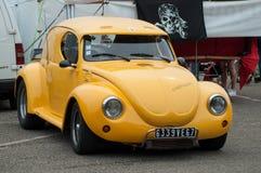 La vecchia Volkswagen Maggiolino gialla parcheggiata all'evento di manifestazione di automobile di divertimento fotografia stock