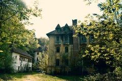 La vecindad vieja abandonada con la atmósfera asustadiza dramática tiene gusto en las películas de terror fotos de archivo
