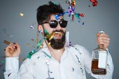 La veille de nouvelles années de sourire heureuse célébrant l'homme Photographie stock