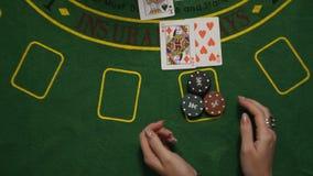 La veintiuna perdida, jugador da Bet All In Chips Cards en la opinión de sobremesa de la cubierta verde metrajes