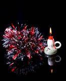 La vela ardiente del Año Nuevo la malla roja y se reflejan en el bl Foto de archivo libre de regalías