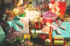 La vela blanca y violeta de la Navidad, ornamento adorna Feliz Navidad y Feliz Año Nuevo Imagen de archivo libre de regalías