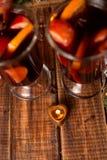 La vela como corazón cerca reflexionó sobre el vino en fondo de madera Navidad Año Nuevo Imagen de archivo libre de regalías
