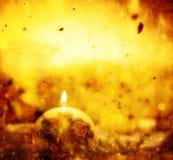 La vela de la bola de la Navidad se enciende en fondo del oro del invierno stock de ilustración