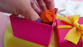 La vela de Rose, cámara lenta celebra sorpresa romántica romántica elegante