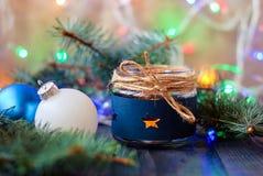 La vela del ` s del Año Nuevo con las guirnaldas y el árbol de navidad luminosos juega para el fondo Imágenes de archivo libres de regalías