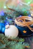 La vela del ` s del Año Nuevo con las guirnaldas y el árbol de navidad luminosos juega para el fondo Foto de archivo libre de regalías