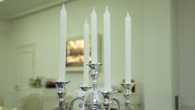 La vela en la tabla de la boda con la decoración, movimientos de la leva remata abajo almacen de metraje de vídeo