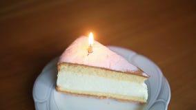 La vela en la torta está quemando rápidamente hasta que salga metrajes