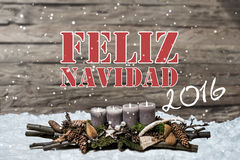 La vela gris ardiente de la decoración 2016 de la Feliz Navidad empañó hispanos del mensaje de texto de la nieve del fondo Imágenes de archivo libres de regalías