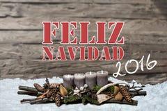 La vela gris ardiente de la decoración 2016 de la Feliz Navidad empañó hispanos del mensaje de texto de la nieve del fondo Imagen de archivo