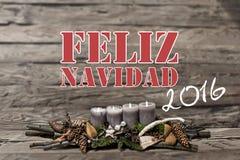 La vela gris ardiente de la decoración 2016 de la Feliz Navidad empañó hispanos del mensaje de texto del fondo Imágenes de archivo libres de regalías
