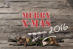 La vela gris ardiente de la decoración 2016 de la Feliz Navidad empañó inglés del mensaje de texto del fondo Imagenes de archivo