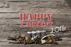 La vela gris ardiente del advenimiento 2016 de la decoración de la Feliz Navidad empañó el englisch 3ro del mensaje de texto del  Foto de archivo