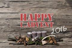 La vela gris ardiente del advenimiento 2016 de la decoración de la Feliz Navidad empañó el inglés 1r del mensaje de texto del fon Imágenes de archivo libres de regalías