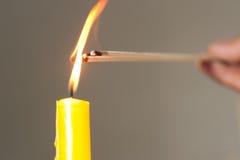 La vela ligera es el encendido del incienso. Imagen de archivo