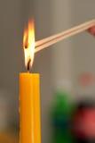 La vela ligera es el encendido del incienso. Imagen de archivo libre de regalías