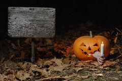 La vela oscura de la calabaza de la noche enciende la manera Imagenes de archivo