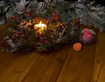 La vela y la guirnalda ardientes de la Navidad Fotografía de archivo