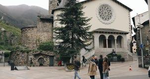 La Vella, Andorre de l'Andorre - 15 mai 2018 : Les gens marchant sur l'église célèbre de prince Benlloch Square Near du saint Est banque de vidéos