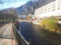 La Vella - rivière et un chemin de l'Andorre de cycle image stock