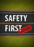 La velocidad de seguridad primero mata al ejemplo de la señal de tráfico Foto de archivo