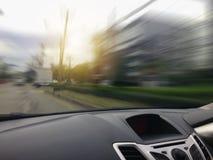 La velocidad del movimiento de la consola del coche dentro de la opinión del coche foto de archivo libre de regalías