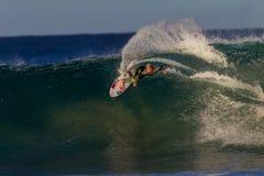 La velocidad que practica surf talla la onda   Fotografía de archivo libre de regalías