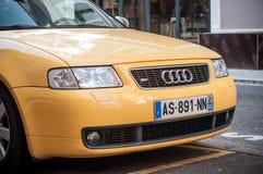 La vendita al dettaglio del audi giallo S3 ha parcheggiato nella via Fotografia Stock