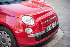 La vendita al dettaglio di Fiat rosso 500 ha parcheggiato nella via Fotografia Stock