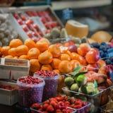 La vendita dei generi differenti organici freschi di frutti nel bazar del ` s dell'agricoltore, apre le vetrine del mercato di ve Fotografia Stock