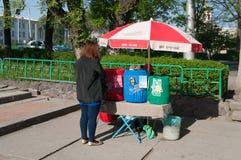 La vendita del cittadino beve sulla via a Biškek Fotografie Stock Libere da Diritti