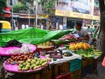 La vendita del commerciante della via fruttifica all'aperto in Calcutta, India immagini stock libere da diritti