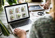 La vendita del negozio di fiore di e-business promuove sui media sociali Fotografie Stock Libere da Diritti