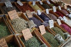 La vendita delle spezie nei bazar dell'Iran fotografia stock